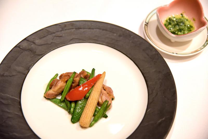 「鶏肉と季節の野菜の炒め グリーンピースソース添え」