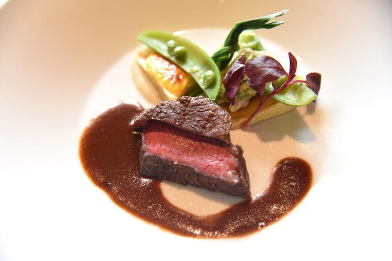 「牛フィレ肉のグリル カカオ風味の赤ワインソース タケノコのグラティネを添えて」