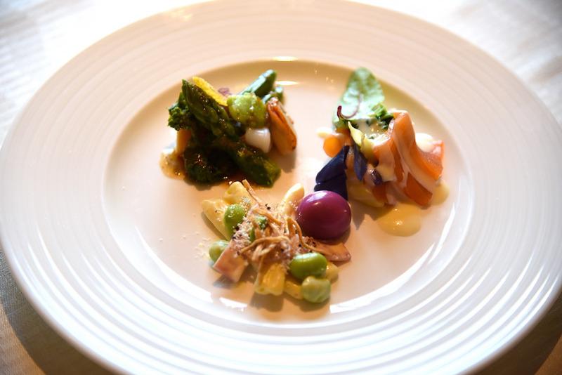 左奥から「彩り野菜とシーフードのサラダ」、「スモークサーモンと菜の花のサラダ」、「カルボナーラソースのパスタサラダ」