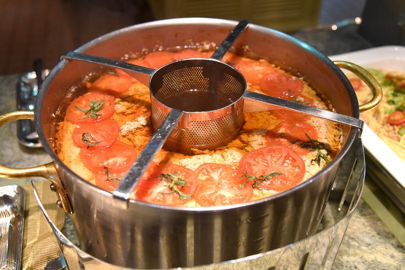「ロブスターコンソメ」はシェフが自ら大鍋よりスープを注いでくれる