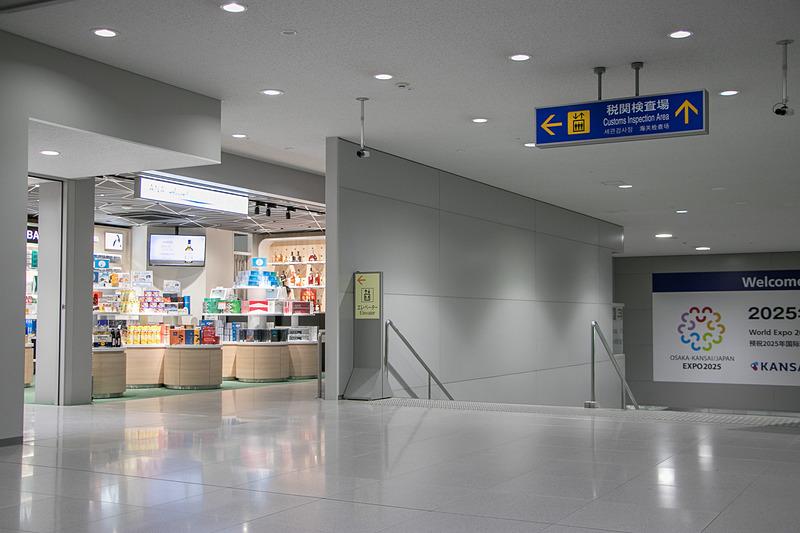 第1ターミナルビル[北]の店舗は入国審査を抜けてすぐ左手、税関に下りていく階段の手前にある