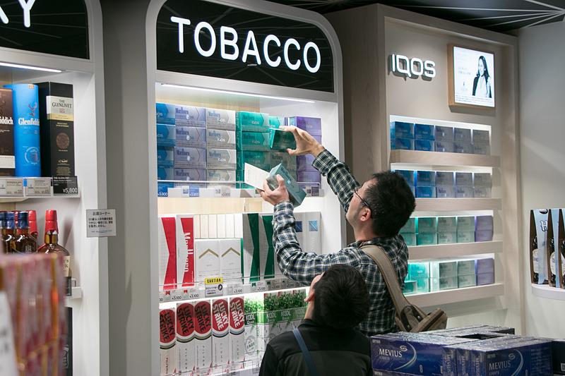 家族旅行から帰国した日本人がタバコを購入する姿が見られた