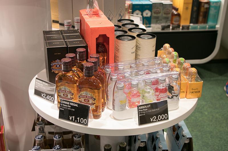 旅行者が宿泊先で気軽に飲めるようにミニボトルも豊富に揃えている