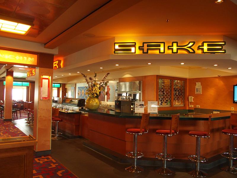 吹き抜けを取り囲むように第7デッキに日本酒バーと寿司バー、鉄板焼きレストラン、アジアンレストラン「CHIN CHIN」がある