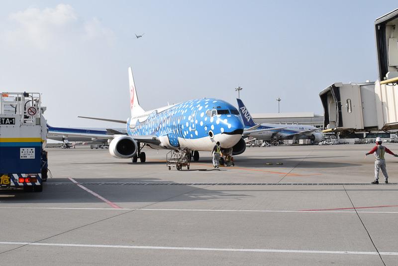 16時45分に先に初代ジンベエジェットが那覇空港に到着