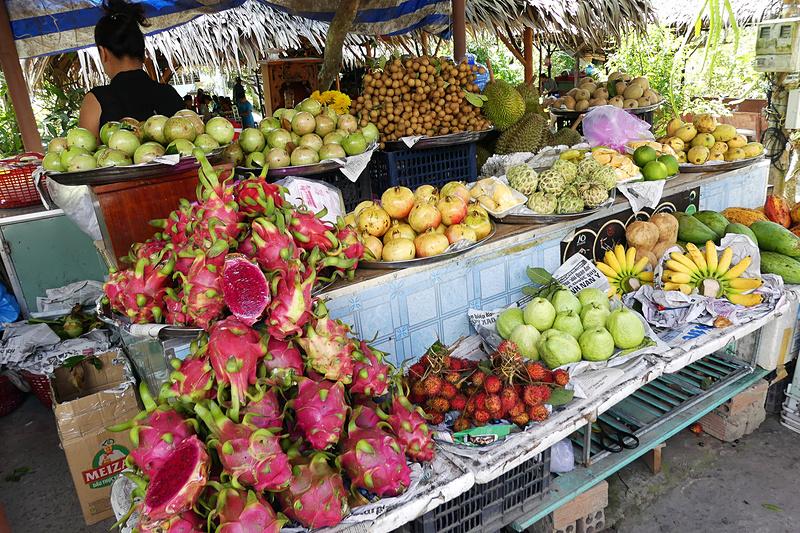 道端で売られているいろいろなフルーツ