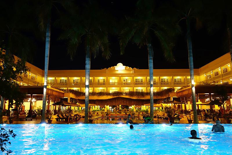 夜のプールがこれまた美しい!