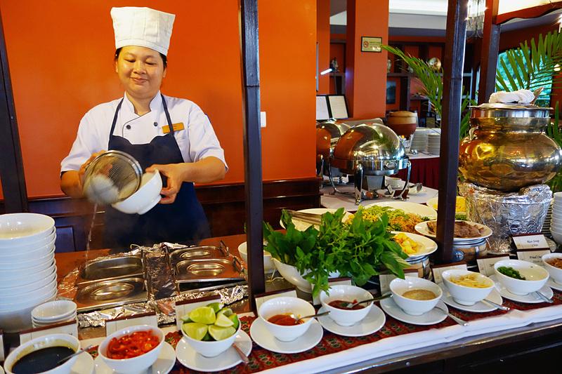 葉っぱがたくさんのフォー。ベトナムの南部と北部ではフォーの味もだいぶ違います