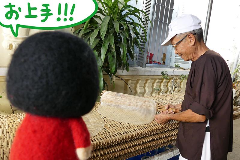 竹製の専用の道具で巻き巻きして