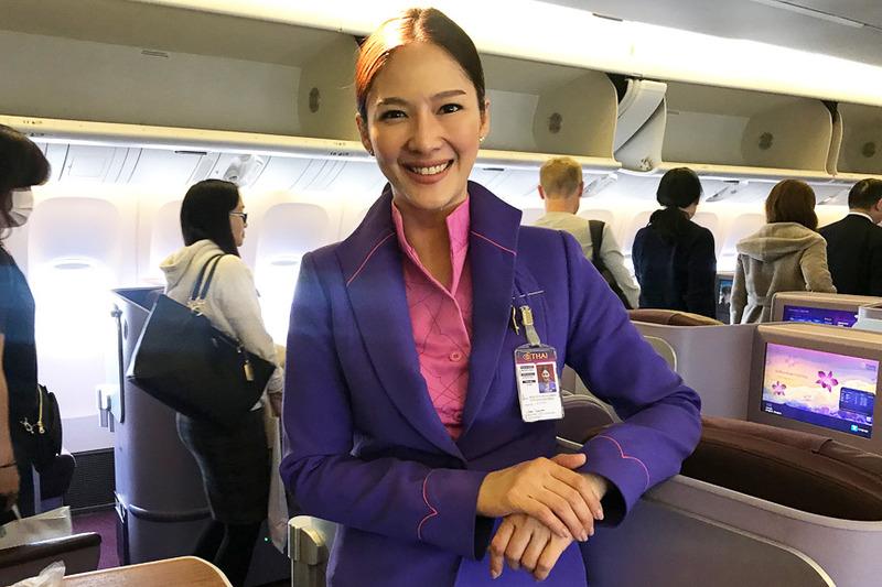 制服姿がキマっている美人CA(客室乗務員)さんを記念にパチリ