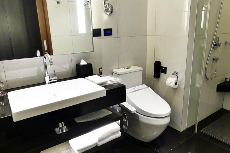 バスルームにはシャワーブースのほかに独立したバスタブも。外国にありがちなガラス張り
