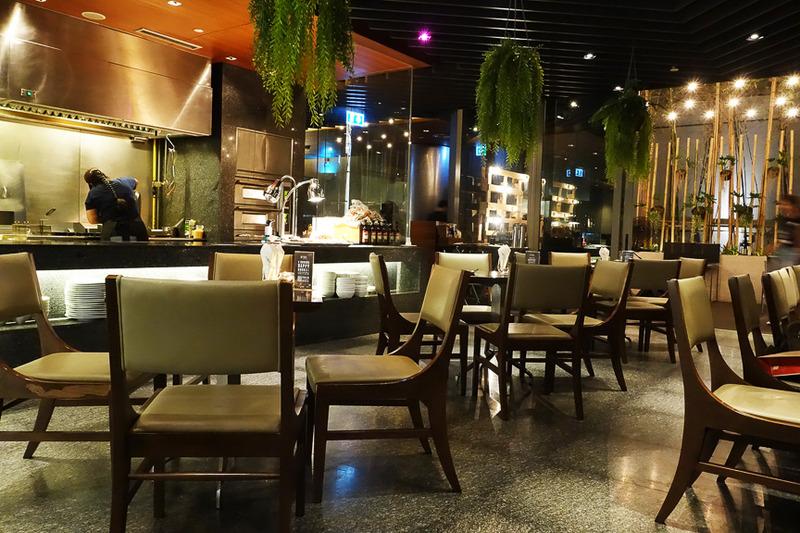 地下1階のレストラン「ELEMENT」は朝食会場にもなります
