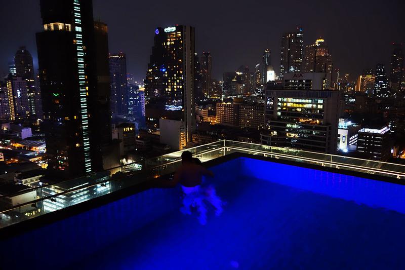 夜はバンコクの夜景を楽しめる魅惑のプールに!