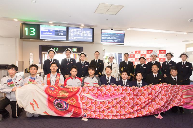 JALは2018年のこどもの日に「こいのぼりフライト」を実施。写真は2017年実施のもの