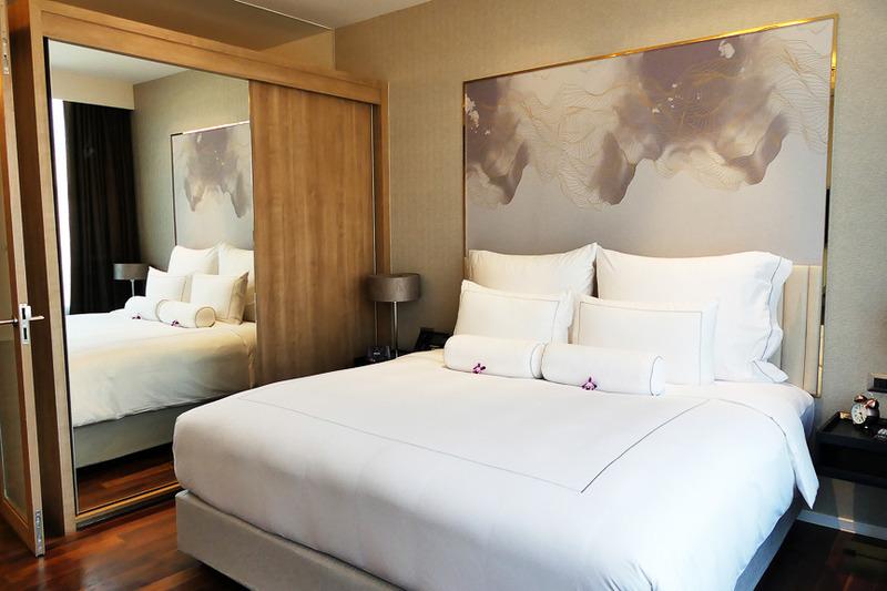 明るい雰囲気で居心地がよいベッドルーム。鏡になっているところはクローゼット
