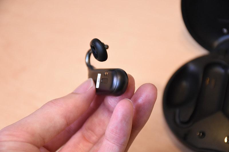 Xperia Ear Duo。化粧コンパクトのようなケースにはバッテリが内蔵してあり、ケースに戻すと充電が行なわれる