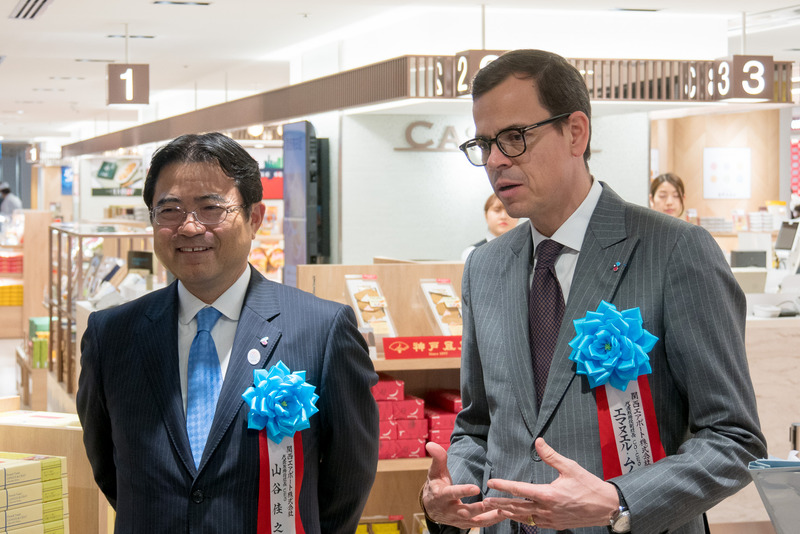 囲み取材に応じる、関西エアポート株式会社の代表取締役社長 CEO 山谷佳之氏(左)と代表取締役副社長 Co-CEO エマヌエル・ムノント氏(右)
