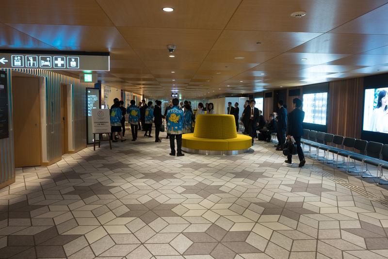 5番と6番の間に出口があり、まっすぐ進むとモノレール駅につながるペデストリアンデッキに行ける。途中、観光PRを行なう「インフォメーションひょうご・関西」がある