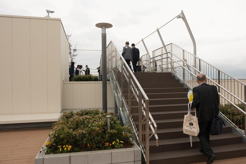レンズを通しやすいワイヤーフェンス。わずかではあるが屋根のあるベンチが設けられている