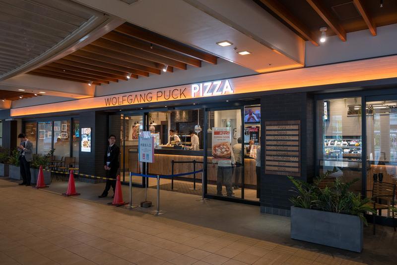 店内の石焼き釜をピッツァを焼き上げる「WOLFGANG PUCK PIZZA」。京野菜を使った「ピッツァベジタブル」は伊丹空港店限定