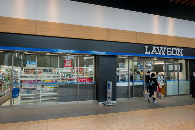 コンビニエンスストアの「ローソン」。薬も販売している。14日は内覧会参加者のみが入店できる予定だったが、急きょ誰でも利用できる通常営業を行なった