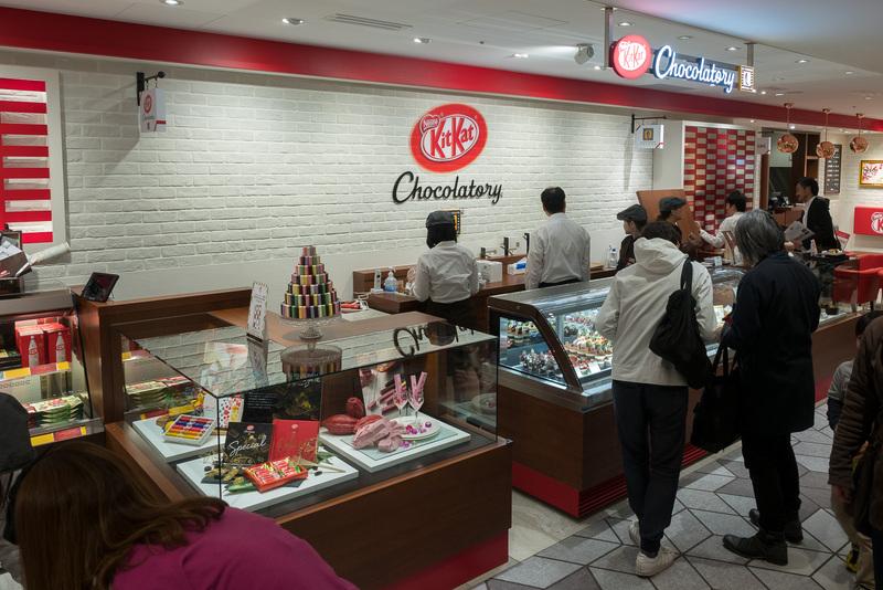 「キットカット ショコラトリー」はショコラトリーでしか買えないプレミアムなキットカットを揃えるほか、「ル パティシエ タカギ」オーナーシェフの高木康政氏のケーキも販売。イートインのカフェも併設している