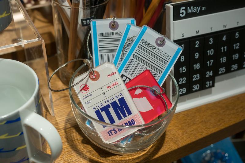 空をイメージしたアイテムが並ぶ「SORAMISE(そらみせ)」。伊丹空港ではビジネスマン向けの商品を充実させたほか、そらやんグッズや「ITM」の文字が入ったラゲッジタグなどの限定商品を販売する