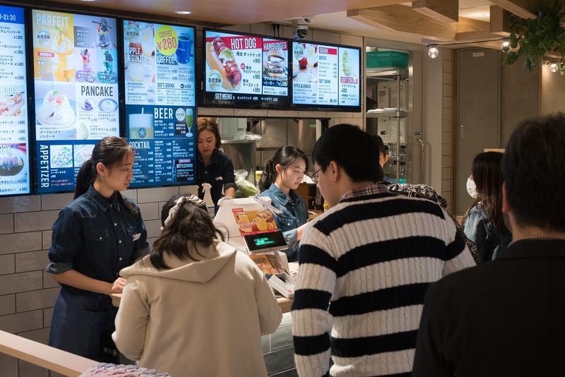 「NICK STOCK」では、伊丹空港限定メニューとして、飛行機搭乗前後の体に効く「アップルジンジャー」や、大阪らしい「串カツカレー」を販売