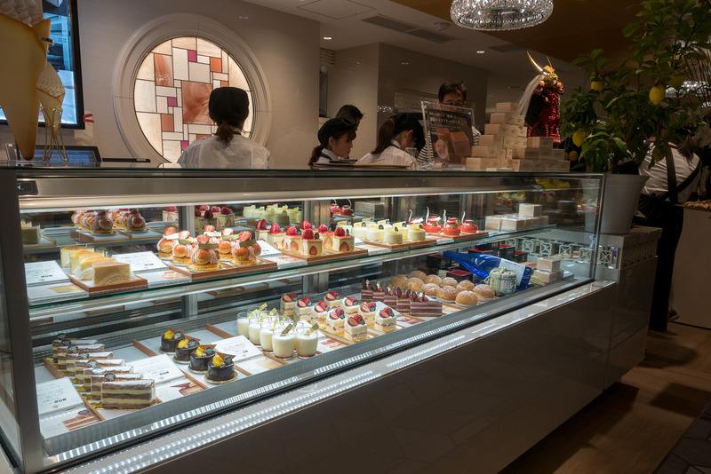"""「ル・パン神戸北野」は、毎日数量限定の「酒粕ベイクドチーズケーキ」(写真右上)を伊丹空港限定で販売。""""日本一の朝ご飯""""を獲得したパンのセットも"""