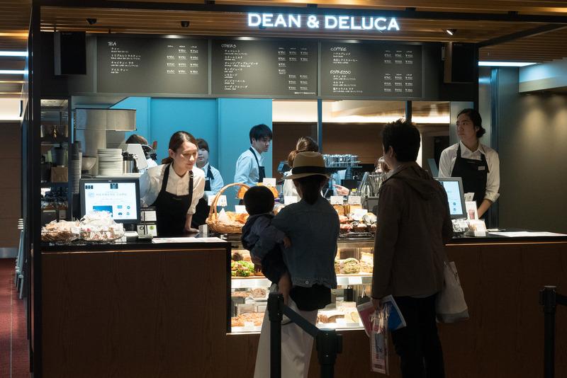 コーヒーや軽食だけでなく、いろいろなグッズも販売する「DEAN&DELUCA CAFE」。夏はすっきりした味わいの「コールドブリューブレンド」を水出ししたアイスコーヒーを提供