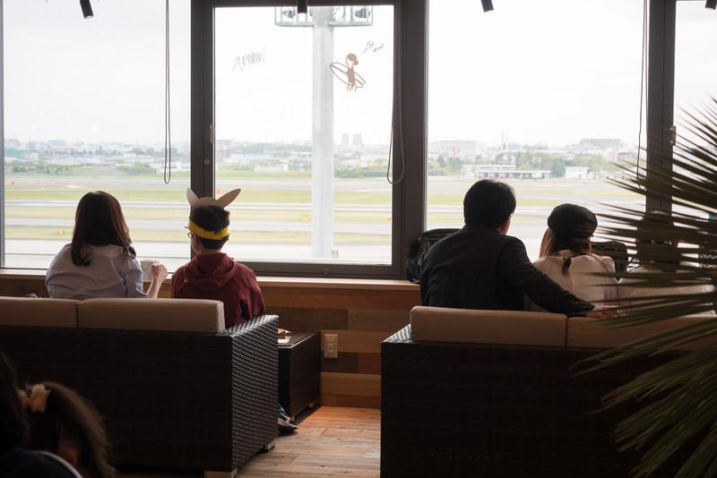 """伊丹空港初の""""5階席""""を持つお店「NORTHSHORE」。5階席の窓側は、ソファに座って離着陸する飛行機を楽しめる"""