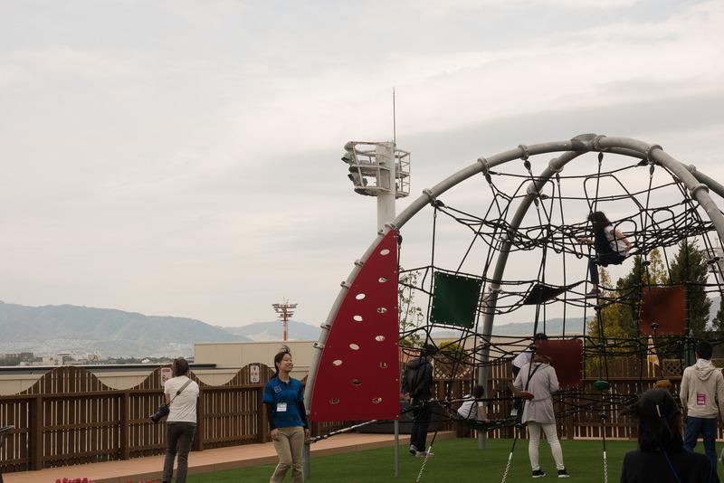 複合遊戯施設の「ボーネルンドあそびのせかい」は内覧会の日からにぎわいを見せていた。屋外のアスレチックの上部は飛行機の離着陸を見ることができる特等席