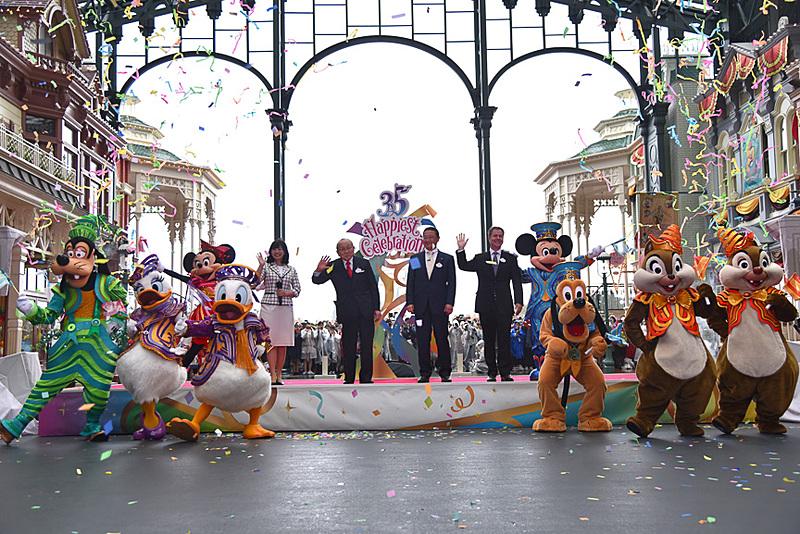 """""""Happiest Celebration!""""の開幕を宣言! ワールドバザールはお祝いムードに包まれた"""