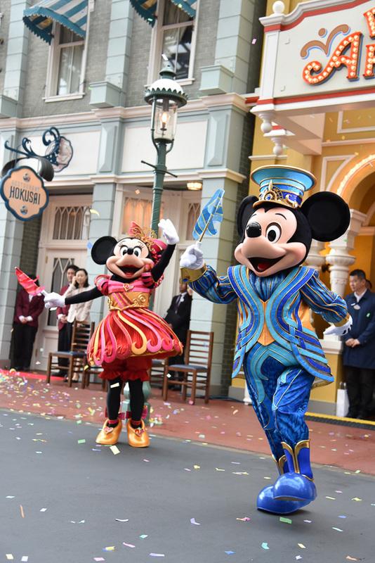 ミッキーマウスとミニーマウスたちがサプライズでお祝いに駆け付けた