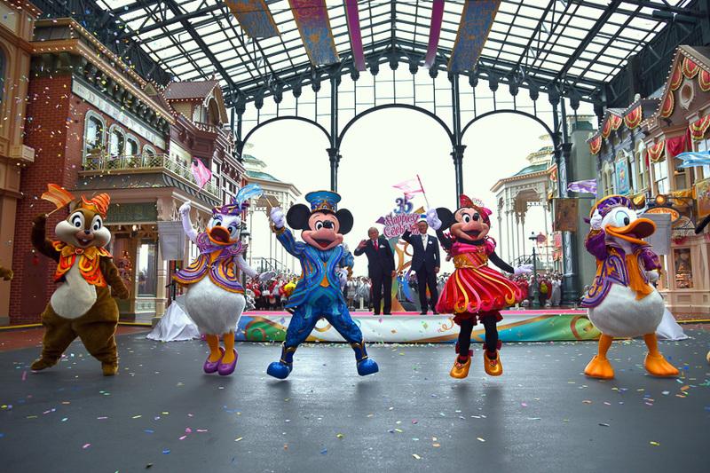 """登壇者とともに「東京ディズニーリゾート開園35周年""""Happiest Celebration!""""」をディズニーの仲間たちが盛大にお祝い! そしてアニバーサリーテーマソングに合わせてダンスを披露"""