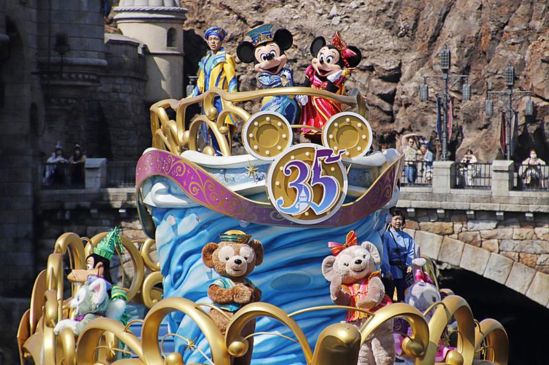 船に乗船するキャラクターはミッキーマウスをはじめ9人