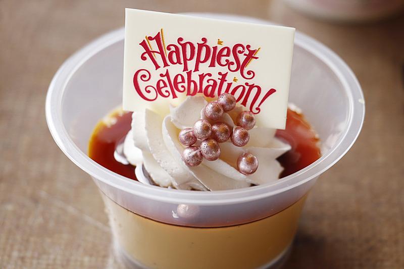 """濃厚で大人も満足できるセットのプリンには""""Happiest Celebration!""""のプレート付き"""