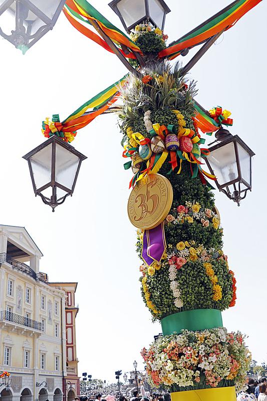 メディテレーニアンハーバーを飾るイースターのデコレーションにも35周年のメダル