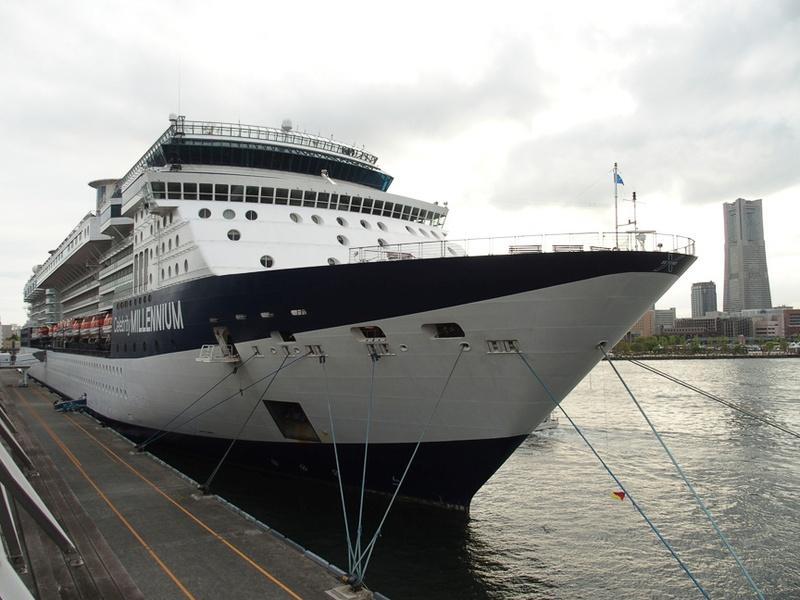 夏はアラスカクルーズに就航するセレブリティ・ミレニアムの船首には流氷を警戒するための水上警戒レーダーを備えている