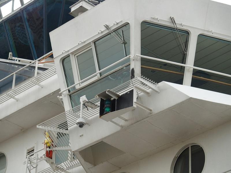 右舷のブリッジウイングと緑色舷灯。その脇には着岸時におけるモニターカメラも確認できる