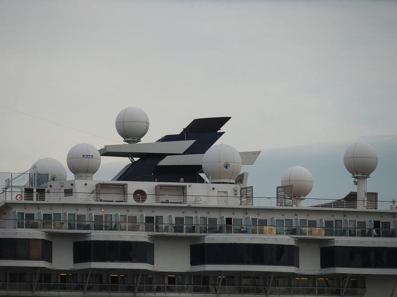 ファンネル後方にある後部マストの周辺には衛星テレビや衛星データ通信のためのアンテナドームが多数取り付けてある