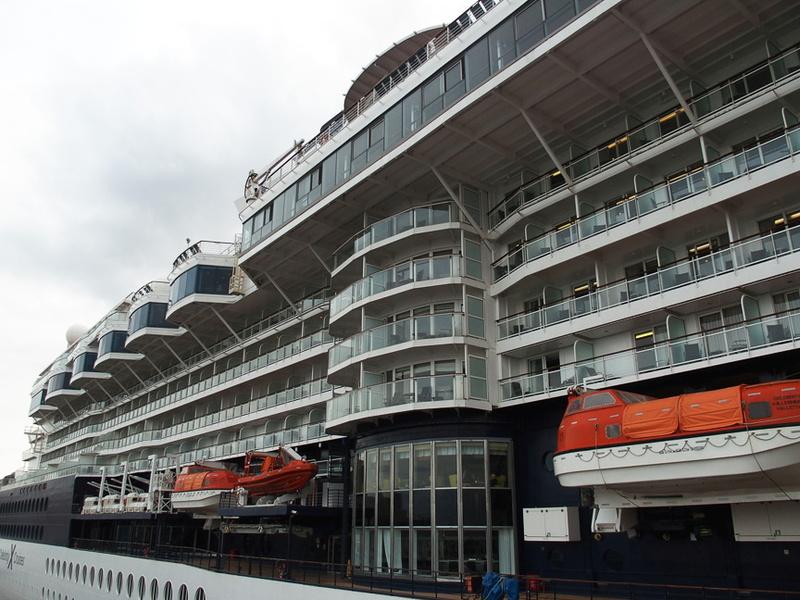 左舷中央エレベータの反対舷は上級船室や特別レストラン、カフェにバーを配置する