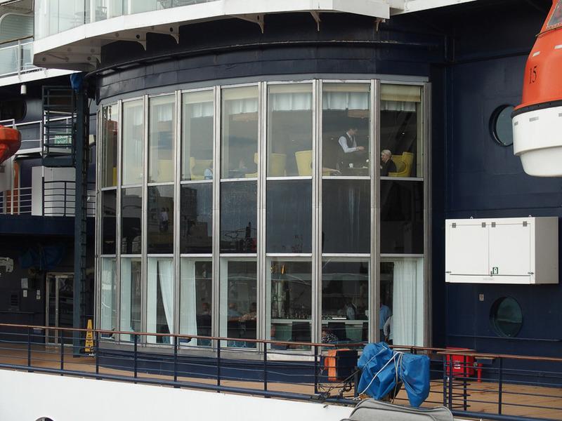 上は第5デッキの「CAFE AL CACIO」で下は第4デッキの「MARTINI BAR/CRUSH」