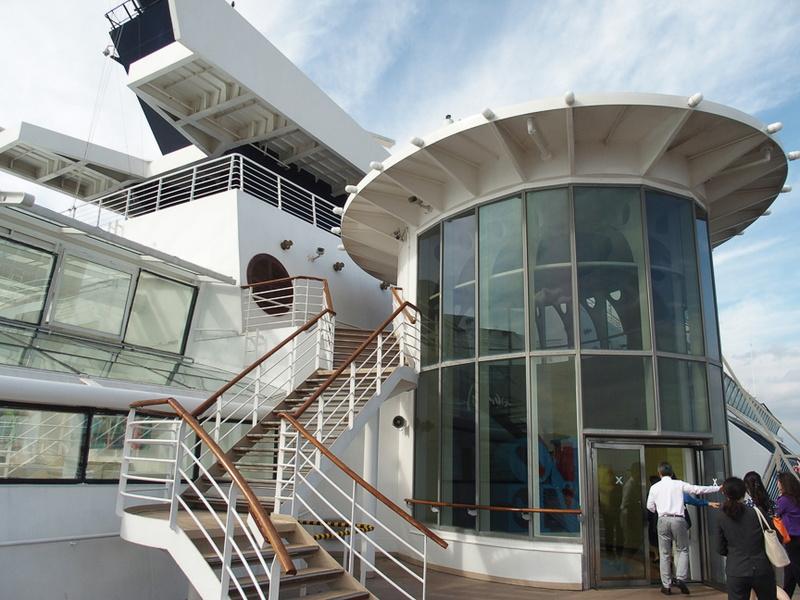 その右舷前方にある円筒形の構造物から船内に入る