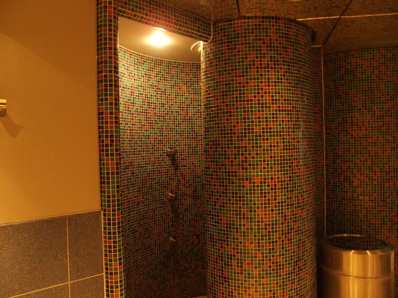 壁はカラータイルの組み合わせ
