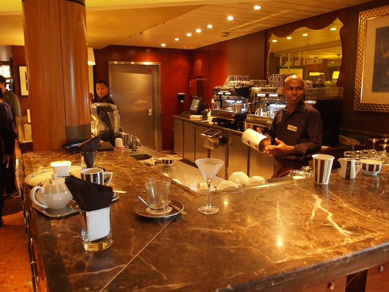 コーヒーとともに豊富なデザートも評判のカフェ