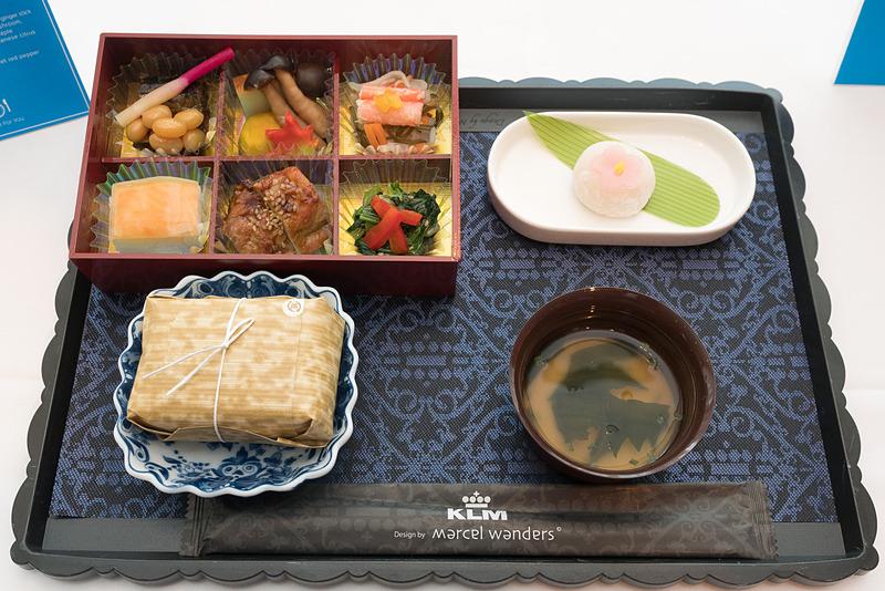 秋刀魚の甘露煮やサーモン箱寿司など幕の内風のお弁当