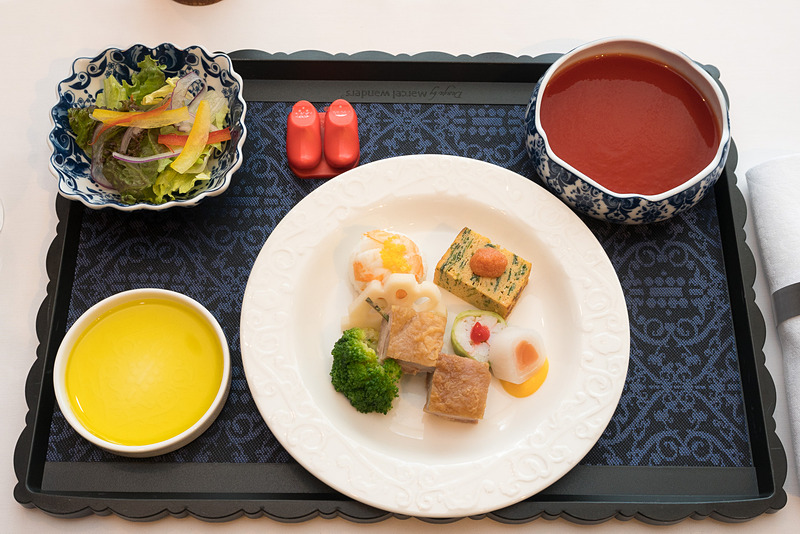 前菜として提供されるエビの手まり寿司など