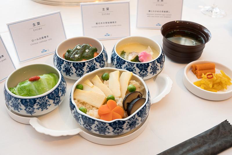 ホテル オークラ アムステルダムの富川正則シェフによる和食のメイン料理。タケノコご飯やロール白菜巻き、茶碗蒸しなどが並ぶ