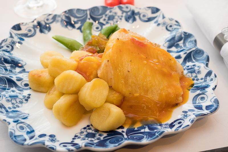 こちらはジョニー・ボア氏による洋食のメイン料理。烏鰈のソテー、サフラントマトソース添え